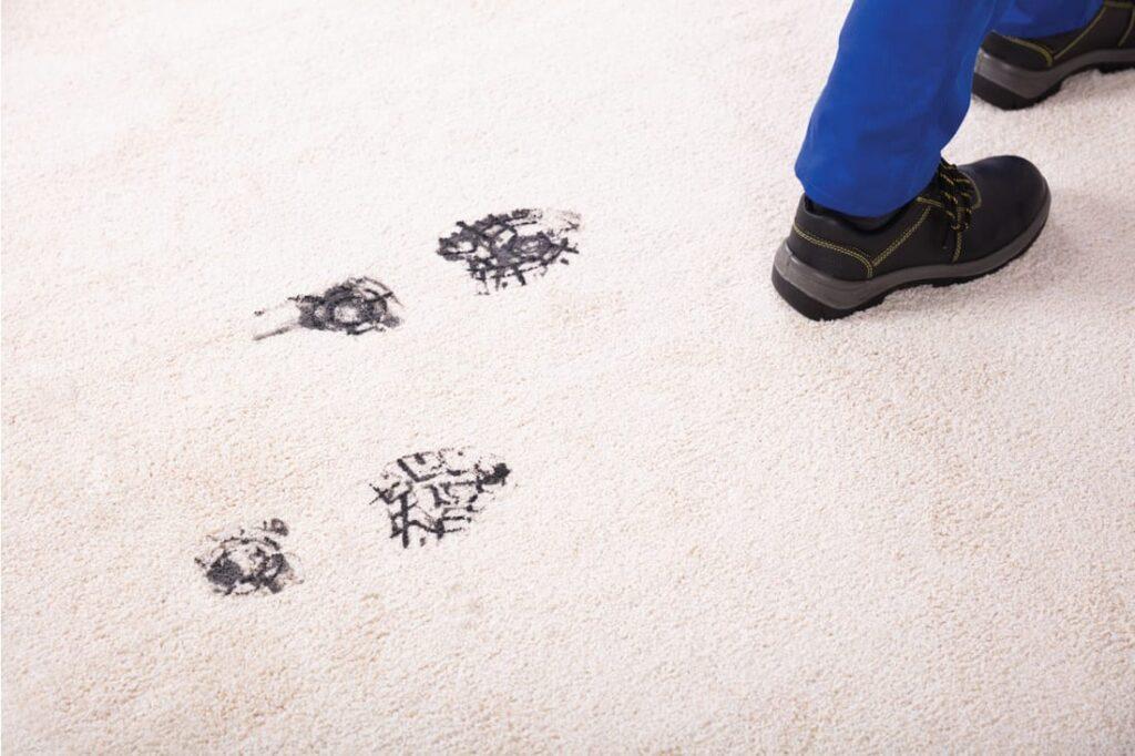 Hur man tar bort smuts och lera från mattor